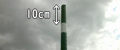 押し込んだ支柱をハンマーで10cm打ち込む