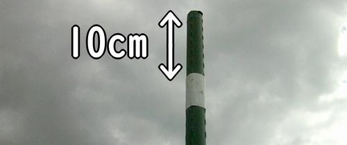 支柱をハンマーで打ち込む